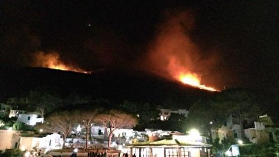 Incendi nel catanese, persone evacuate.