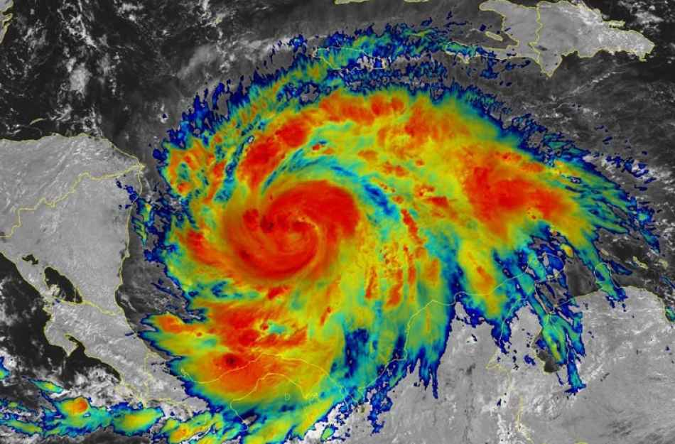 Si intensifica l'uragano Iota