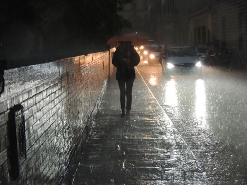 Torna la pioggia su genova caduti fino a 44 mm nuove for Sotto la pioggia ombrelli