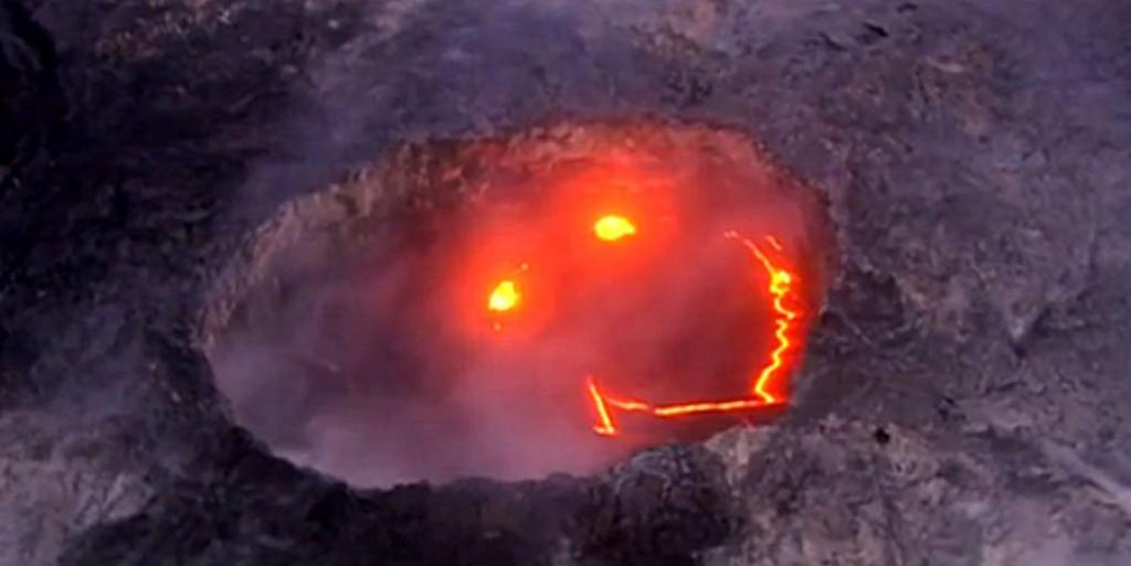 Hawaii, lo spettacolo della lava che scende nell'oceano