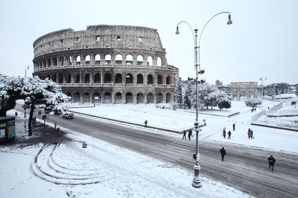 Neve a Roma: il reportage tra alberi caduti e sale (da cucina)