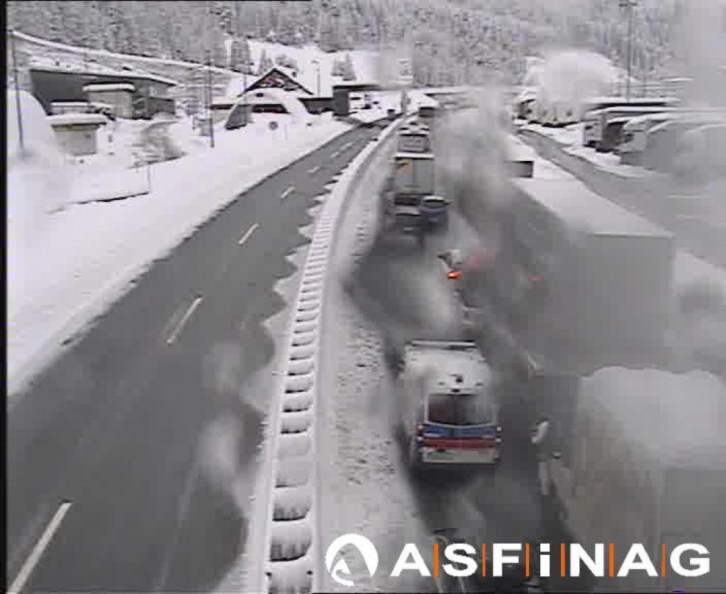 Bloccati sull'Autobrennero chiusa per neve
