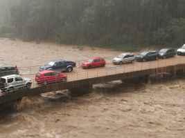 Auto parcheggiate su fiume in piena.